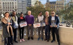 Los vencedores del maratón, en el balcón del Ayuntamiento