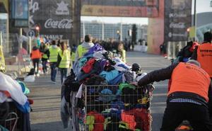 Koopera Cáritas recoge más de 10.000 prendas de ropa y material deportivo en el maratón de Valencia