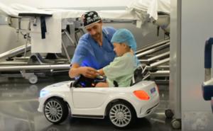 En cochecito eléctrico al quirófano: así traslada un hospital bilbaíno a los niños y niñas a la sala de operaciones