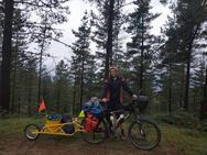 El ciclista valenciano que recorre el país reciclando