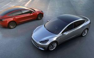 Detenido un conductor que iba a 100 km/h, borracho y dormido en un Tesla con 'autopiloto'