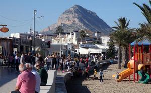 El buen tiempo llena los paseos de las playas y las terrazas de los municipios del litoral