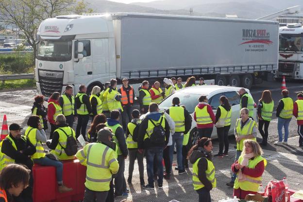 Un piquete de 'chalecos amarillos' franceses cortando una carretera. / AFP