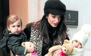 Amal enseña a sus gemelos Ella y Alex