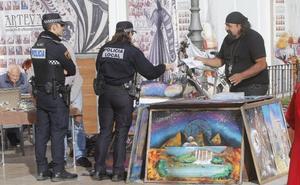 Los agentes piden el permiso a músicos y artesanos