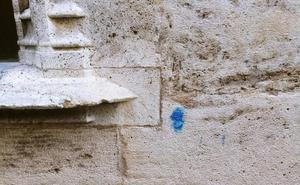 Aparecen nuevas pintadas en la Lonja de la Seda