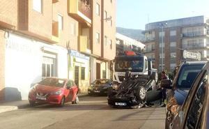 Aparatoso vuelco de un coche en una calle de Dénia