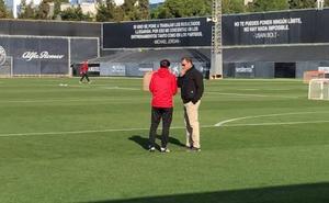 Un abrazo entre Murthy y Marcelino para escenificar el respaldo del club al entrenador