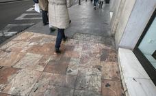Manchas en el mármol de la plaza del Ayuntamiento
