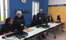 Abuelos 'informáticos' trabajan como voluntarios con reclusos de Picassent