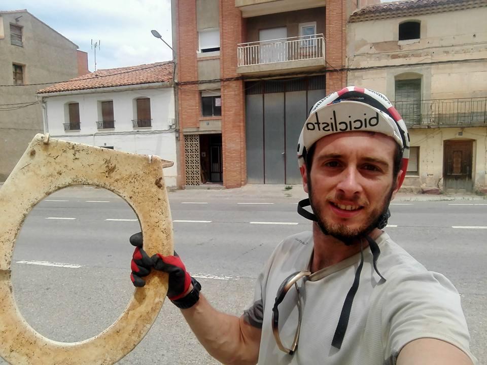 Da la vuelta a España en bici y recoge media tonelada de basura