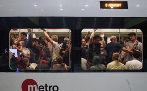 El metro estrena el servicio nocturno con paros