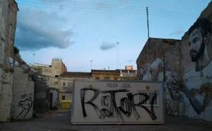 Pintadas en el retén de la Policía Local en el Cabanyal