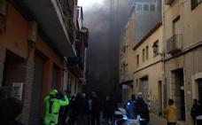 Acordonan un tramo de Marqués de Campo y desalojan a una veintena de vecinos por dos incendios en Dénia