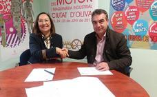 Oliva da 10.000 euros a la Asociación de Comercios para actividades