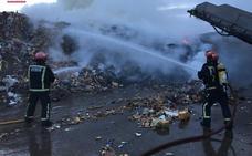 Dos intoxicados por humo en el incendio de una planta de reciclaje en Almassora