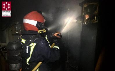 Confinan a una mujer y a sus tres hijos en la parte alta de su casa en Vila-real hasta controlar un incendio