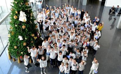 Escolares de La Xara cantan villancicos en el Hospital de Dénia