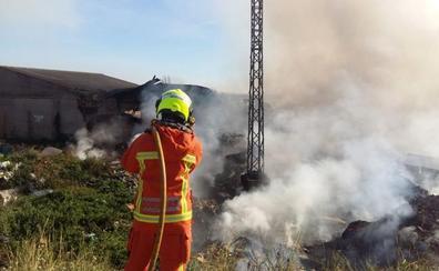 Las aguas del incendio de Sollana, confinadas para no afectar a l'Albufera