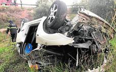 Un coche sale disparado a 40 metros de la autovía
