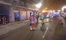 Las llamas destruyen dos vehículos y obligan a desalojar una finca en la avenida del Sur de Mislata