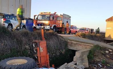 Un hombre muere al volcar un tractor en Alginet