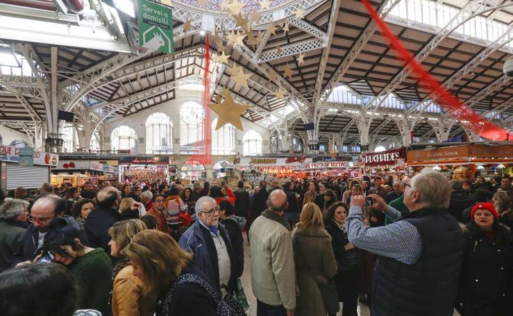 Atascos y mercados repletos en Valencia antes de Nochevieja