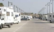 Un indigente asalta una caravana en la Malvarrosa, se viste con la ropa del propietario y se queda a dormir