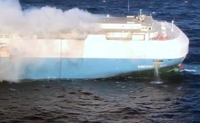 Un buque que transporta 3.500 Nissan nuevos, a la deriva por el océano y en peligro de hundirse