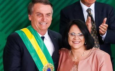 La ministra de Familia de Bolsonaro quiere a las mujeres «vestidas de rosa»