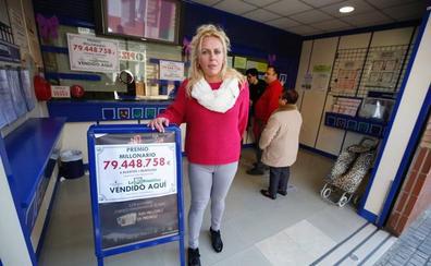 La lotera de Tavernes Blanques que ha vendido el premio especial de la Primitiva: «El ganador de 80 millones puede ser un cliente mayor»