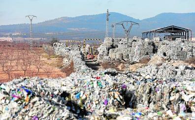 Un polvorín de 43.000 toneladas de plástico amenaza Utiel
