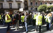 Los trabajadores de FGV se concentran ante la Generalitat