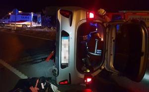 Rescatada una mujer atrapada en su vehículo tras salirse de la vía y volcar en Alfafar