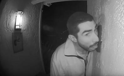 Una cámara graba cómo un hombre lame durante tres horas el timbre de una casa