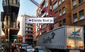 Oliva coloca pancartas de protesta para exigir a Fomento que saque la N-332 del casco urbano