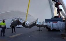 Trasladan al puente de Monteolivete la escultura de Tony Cragg que Hortensia Herrero compró para Valencia