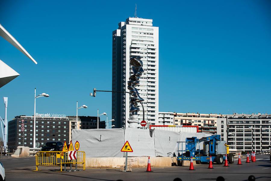 Traslado de la escultura 'Points of view' de Tony Cragg que Hortensia Herrero compró para Valencia