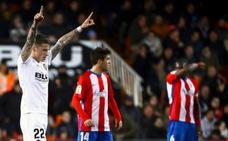 Santi Mina rebate al jefe y abraza la Copa del Rey