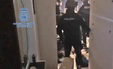 Un hombre armado se atrinchera seis horas en su casa de Gandía tras dar una paliza a su pareja