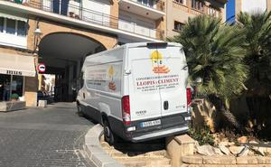 Una furgoneta sin conductor recorre 20 metros marcha atrás hasta estrellarse en una barandilla en Xàbia