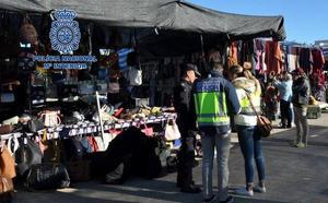 La Policia Nacional detiene en Dénia a 22 personas por venta de artículos falsificados en el mercadillo