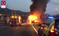 Herido el conductor de un camión que se incendió en un accidente con otro en la Vall d'Uixò