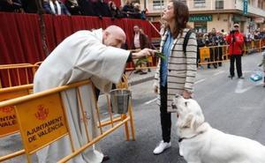 Sandra Gómez acude con su perro Pep a la bendición de animales por San Antonio en Valencia