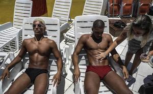 La 'marquinha', la peligrosa moda brasileña de tomar el sol con cinta aislante
