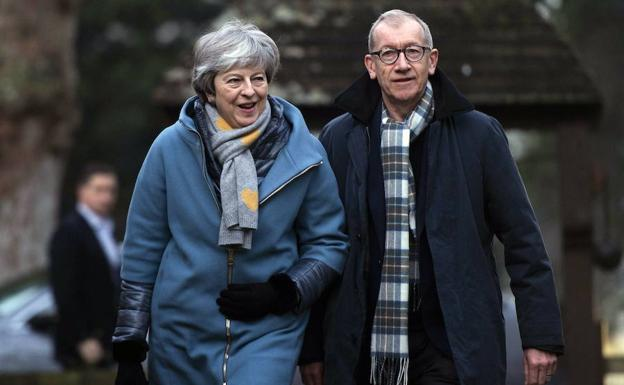 Theresa May y su marido, Phillip, acuden a la iglesia de High Wicombe, como cada domingo.