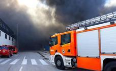 16 bomberos continúan trabajando en el incendio en una nave del polígono de La Cova en Manises