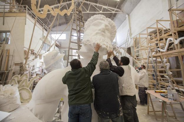 Montaje. Busto de Poseidón que formará parte del decorado del carnaval. / damián torres