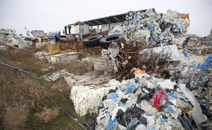 Fotos de la planta que almacena 43.000 toneladas de residuos plásticos en Utiel