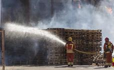 El olor a plástico quemado inunda Manises y Paterna mientras los bomberos dan por finalizado el incendio